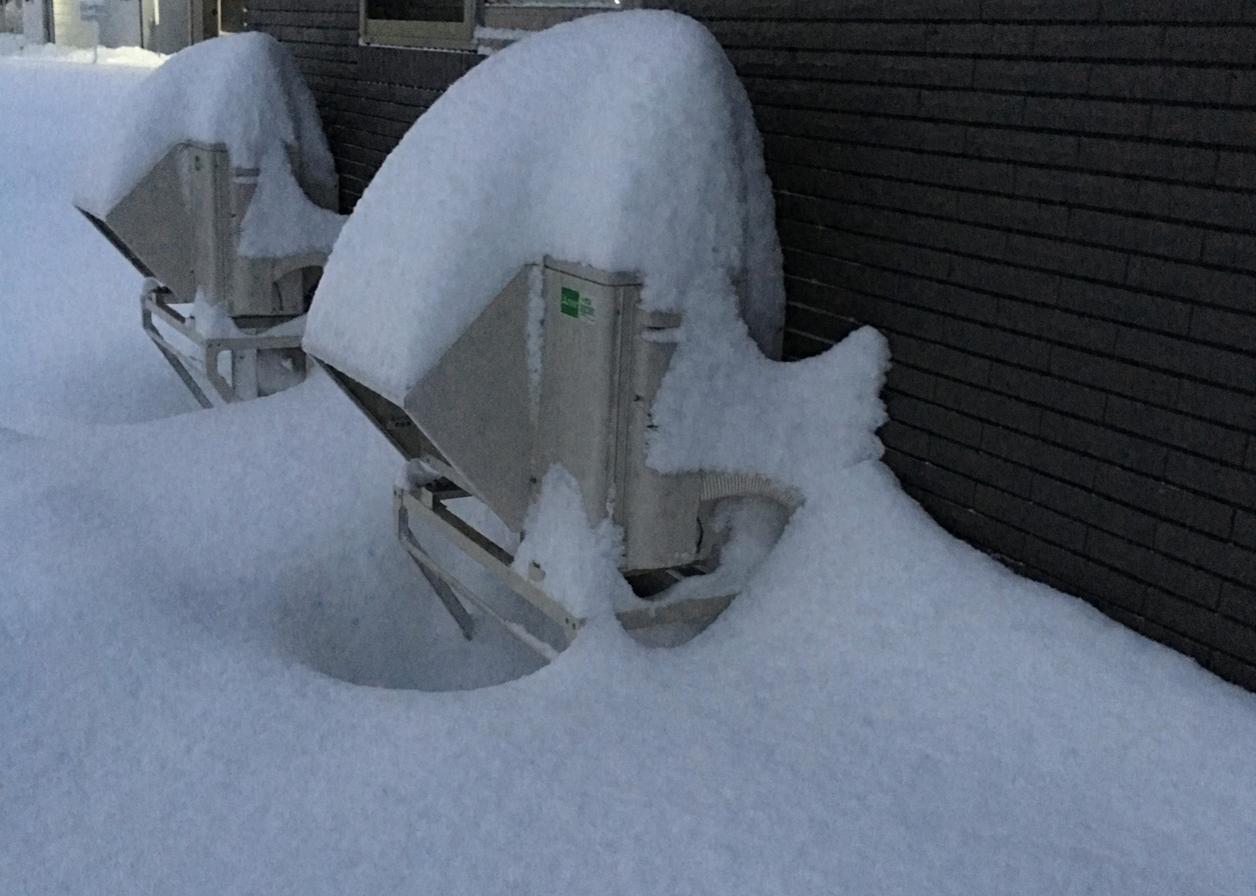 雪に埋もれた室外機