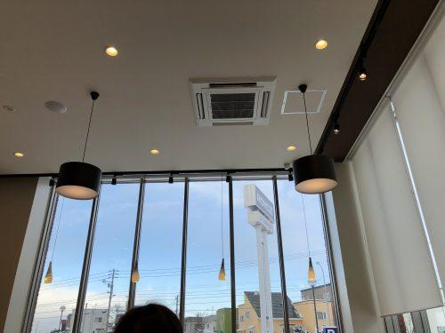 ロイズ西宮の沢店イートインスペースの窓