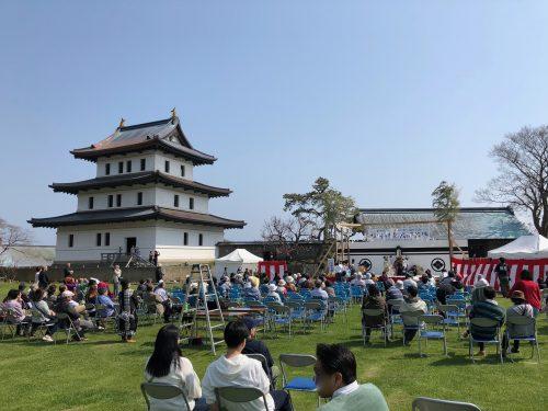 松前城と側の広場