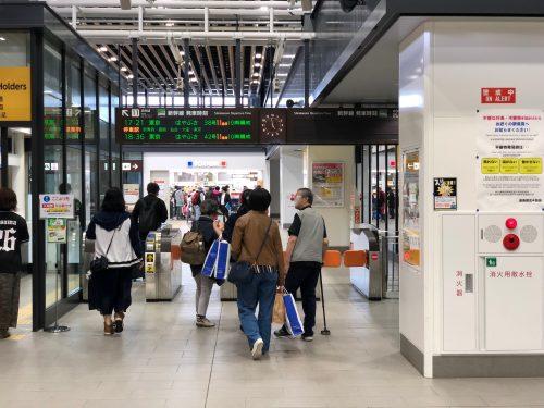 新函館北斗駅の改札とその奥のキヨスク