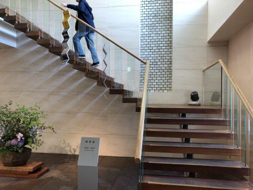六花亭帯広本店喫茶室への階段