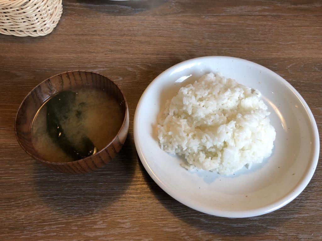 ビーフインパクトのランチメニューのご飯と味噌汁