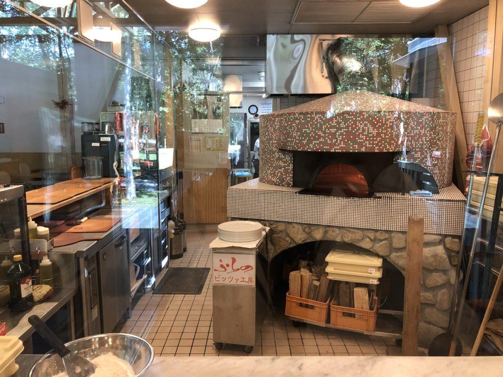 ピッツァ工房の調理場と釜