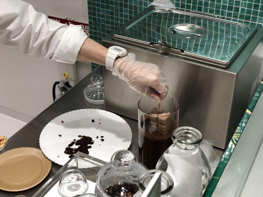 チョコレートにムースグラッセを沈める